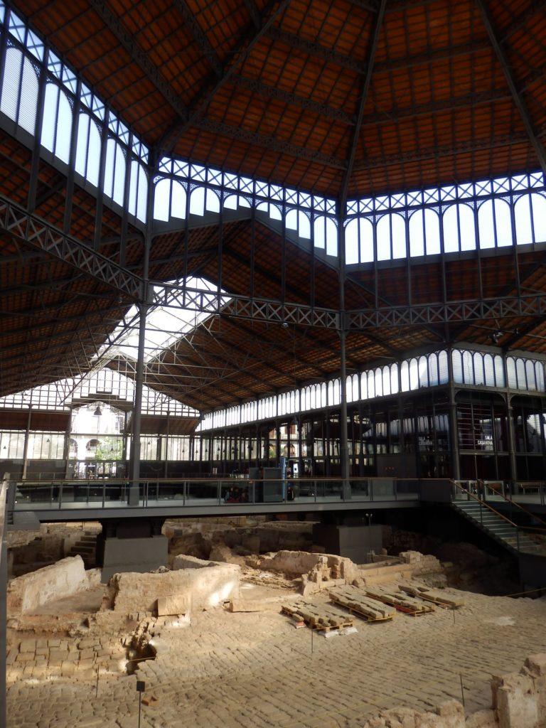 Filigrane, kleinteilige aber weitgespannte Stahlstruktur des ehemaligen Marktes über Ausgrabung