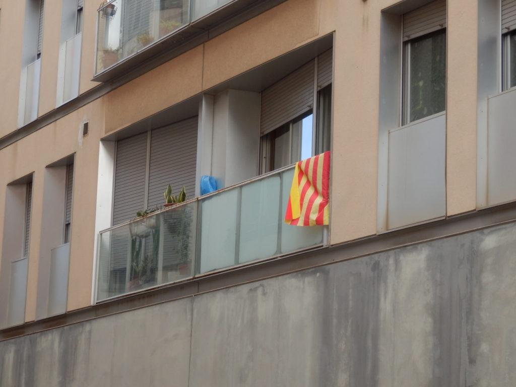 Hausfassaden Wohngebäude, Mehrfamilienhaus mit Loggien, an den Brüstungen gelb-rot gestreifte Fahnen der Unabhängigkeitsbewegung Catalunyas
