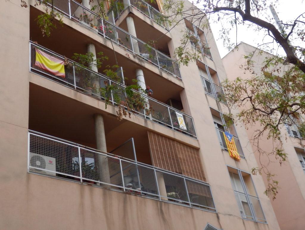 Fahnen der Unabhängigkeitsbewegung an Balkonen von Mehrfamilienhaus