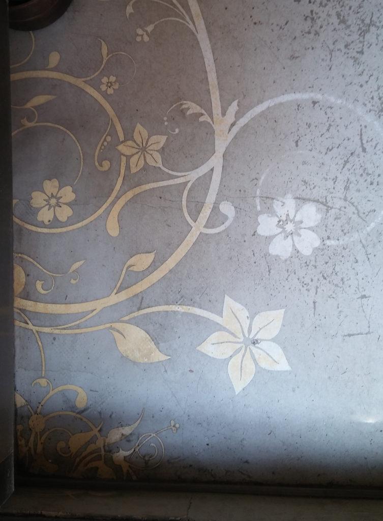 florales Muster in Zement-Fußode