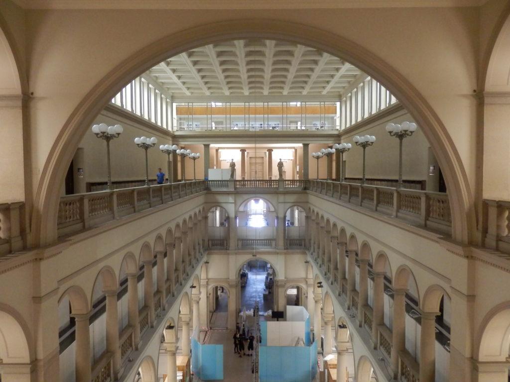 Blick vom obersten Geschoss des Hauptgebäudes der ETH. Umlaufende Säulen-geschmückte Galerien