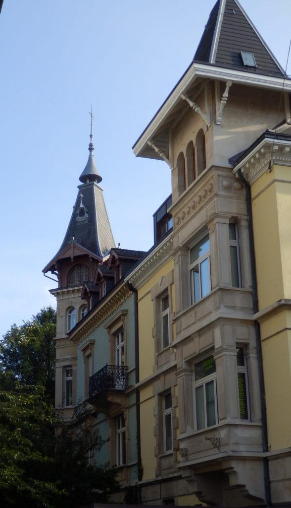 Traditionelles Gebäude, Sandstein, mit Erkern und Dachturm