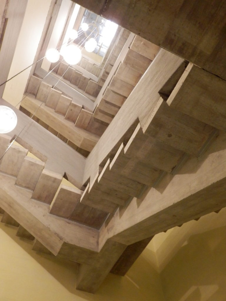 Blick nach oben in Beton-Treppenhaus.