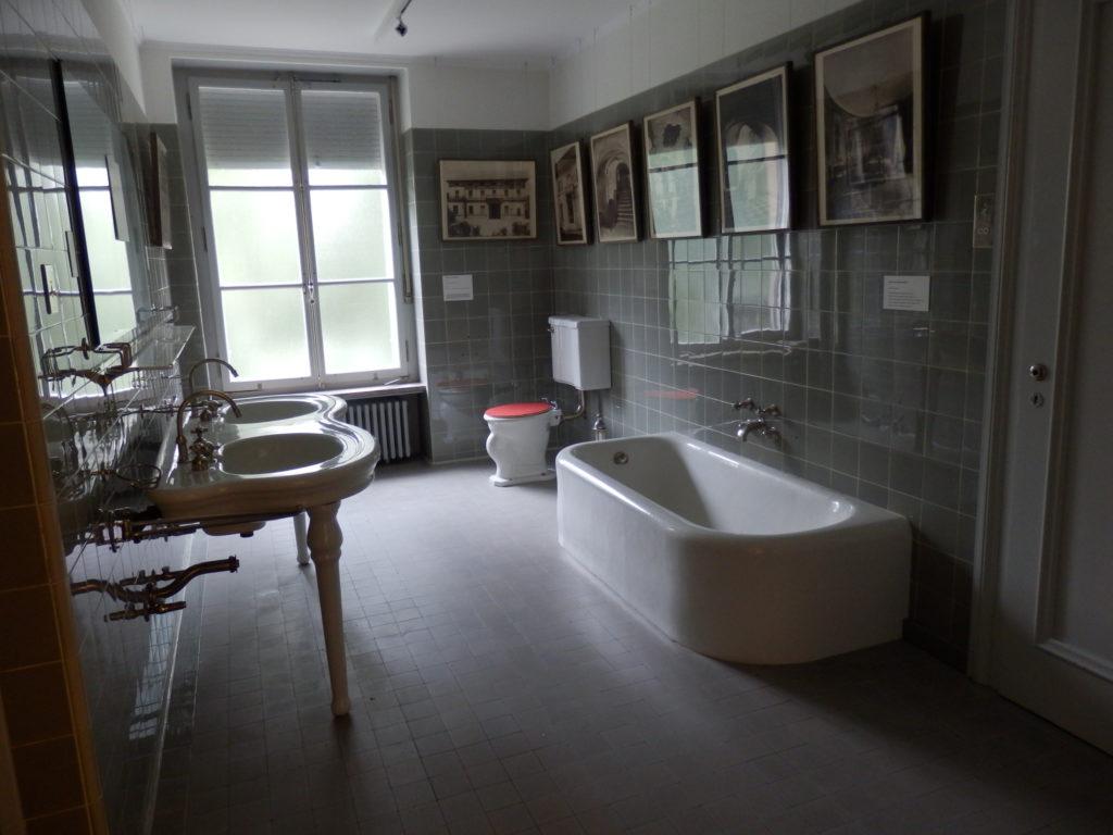 Original-Bad mit Doppelwaschtisch und Badewanne in grau gefliestem Bad von 1931