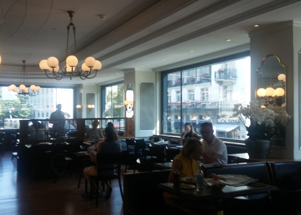 Restaurantraum 1 Stock im Café Sprüngli, gemütliche, dämmrige Atmosphäre.