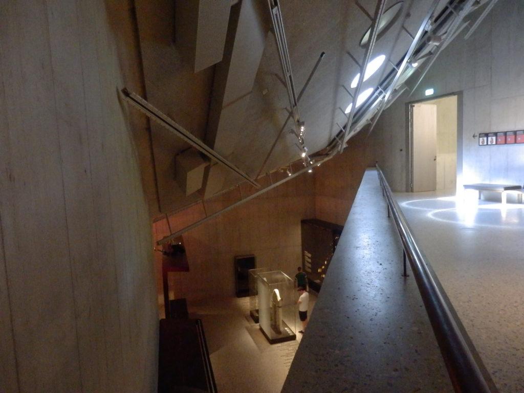 Blick von oberer Galerie in unteren Ausstellungsraum, Sichtbeton